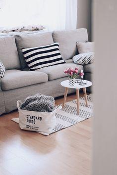 DIY Kranz und ein neuer Sofabezug. Wohnzimmer Ideen. Wohnzimmer im skandinavischen Stil einrichten. Sofa in grau. Einrichtungsideen für das Wohnzimmer.