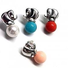 Pendientes de plata de primera ley con forma de elefante y una perla de 1 cm de diametro debajo de color a elegir blanco, azul, rojo o rosa y con cierre de presion