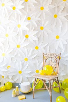 Unique Photo Backdrop Ideas for Your Next Party Make a paper daisy photo backdrop for your spring party with this DIY tutorial.Make a paper daisy photo backdrop for your spring party with this DIY tutorial. Party Kulissen, Festa Party, Ideas Party, Diy Ideas, Art Party, Craft Ideas, House Party, Party Hats, Party Time