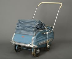 Barnevognen stod i huset da nåværende eier kjøpte det i 1987. Vognen er høyst sannsynlig fra 1950-tallet da den har et design som tilsier dette.  Produksjon  Produsent:Svithun  Summary  Blå Svithun barnevogn med kalesje. Vognen har avtagbar front slik at den kan brukes som sportsvogn. Barnevognen har blå kalesje med hvite sømmer. Bunnen i vognen er lagd av tre, med justerbart fotbrett. Sidene er av hard kartong. Vognen har støtfanger i metall.
