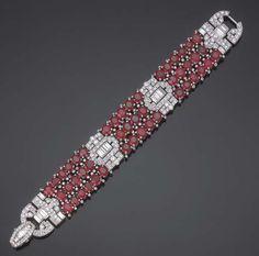 BRACELET ART DECO RUBIS ET DIAMANTS, PAR VAN CLEEF & ARPELS Formé de trois rangées de rubis ovales ponctués de petits diamants coupés de motifs géométriques pavés de diamants ronds et baguettes, monture en platine, 1930, 18.0 cm.