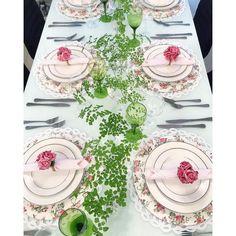 Avenca      Olha a dica boa para arranjos Bom Bonito e Barato use folhagem de avenca nessa mesa usei taças como vasos aos longo da mesa e tive esse efeito rendado incrivel!  E o melhor de tudo tem custo baixo. Todos os detalhes dessa mesa está no blog Roupa de mesa @homebybia. http://ift.tt/1G1h5N2  #lardocecasa #lardocemesa  #mesahits #lookdamesa #tabledecor  #tabledesigner  #olioliteam  #mood #ootd #tablesetting #oxfordporcelanas #recebercomcharme #mesaposta #homedecor