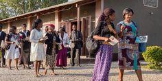 Unos testigos de Jehová de Zambia salen del Salón del Reino para ir a predicar