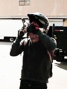 Norman chegando para testar a nova moto de Daryl / Norman coming to test the new bike Daryl