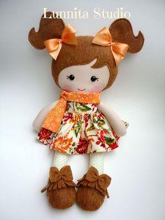 Muñeca de tela hecha a mano vestido de otoño por lunnitastudio