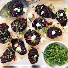 Gör en ny variant av hasselbackspotatisen genom att byta ut potatisen mot rödbetor. Dessa röda små godingar passar ypperligt till grillat lamm eller som del av en buffé. Toppa hasselbacksrödbetorna med smulad getost, knapriga hasselnötter och krasse.