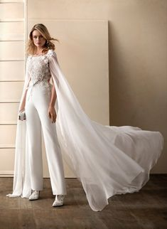 Be in comfort and dance all the night in the Higar Novias Valerio luna Coral dress. Look at this mag Wedding Pantsuit, Wedding Dress Suit, Sexy Wedding Dresses, Princess Wedding Dresses, Bridal Dresses, Womens Wedding Suits, Modest Wedding, Bridal Pants, Wedding Jumpsuit