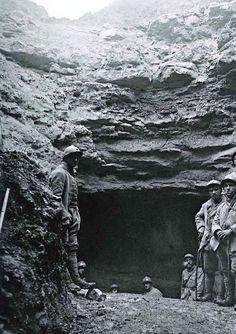 WW1, 1917-18. French soldiers standing at an entrance of the Caverne du Dragon. Collection ECPAD. WW1, 1917-1918. soldats français debout à une entrée de la Caverne du Dragon. Collection ECPAD.