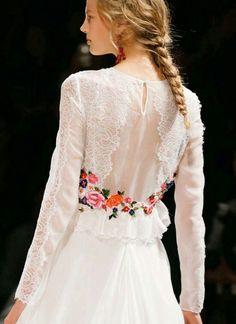 Detalle vestido novia flores bordadas en color manga larga transparencias y chantily