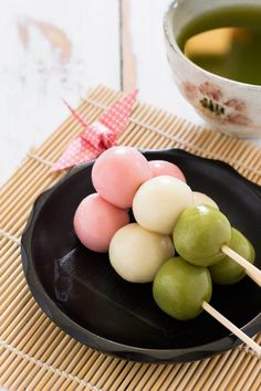 Vegan Asian Recipes That Will Make You Feel Like You Are in Asia Vegan Three Colour (Sanshoku) Dango // These colorful, sweet little Japanese balls are really fun to make. They are a great easy dessert if you are craving something special. Japanese Dishes, Japanese Sweets, Japanese Cake, Asian Desserts, Asian Recipes, Japanese Food Recipes, Vegan Japanese Food, Vegan Korean Food, Easy Desserts