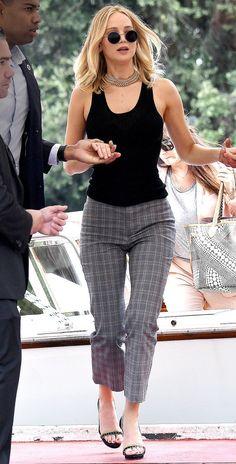20 Celebrity Street Style Outfits Jennifer Lawrence Black Top and Grey Capri Pants Jennifer Laurence, Jennifer Grey, Happiness Therapy, Grey Fashion, Fashion Outfits, Fashion Sets, Fashion Photo, Street Fashion, Fashion Fashion