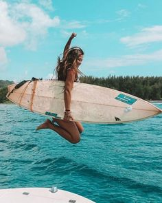 The first thing I do every early morning is go online to check the surf. If the waves are good, I'll go surf. Beach Aesthetic, Summer Aesthetic, Aesthetic Girl, Summer Vibes, Summer Surf, Summer Feeling, Photo Surf, Surfing Pictures, Summer Goals