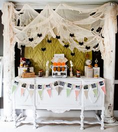 I really like this table set up for a bat theme party or for any Halloween party.  Its fresh but spooky!