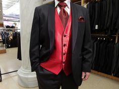 Chaleco de novio en rojo Ferrari con botones negros, vivo del escote en el mismo tejido que la corbata.  Disponible en www.sastreriacampfaso.es