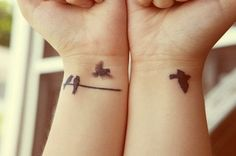 Birds flying off a wire, from one wrist to the other. Flying Bird Silhouette, Bird Silhouette Tattoos, Bird Tattoo Wrist, Mother Daughter Tattoos, Tattoos For Daughters, Tattoo You, Tattoo Quotes, Unique Tattoos, Tattoo Images