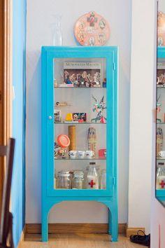 Casinha colorida: Cristaleiras, armários e seus interiores