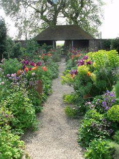 Flowers in the World's Most Beautiful Gardens Garden Landscape Design, Cottage Garden, Country Gardening, Garden Paths, Perfect Garden, Gorgeous Gardens, Outdoor Gardens, Garden Landscaping, Beautiful Gardens