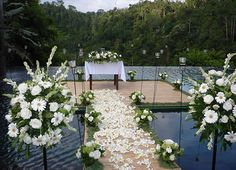 Matrimonio a Bali: Il matrimonio in stile balinese si svolge in uno scenario da favola sull'isola che incanta per le sue tradizioni, la sua ospitalità ed il sorriso della sua gente.  Il trucco, la vestizione, i gioielli, i decori floreali, le fiaccole, gli incensi e le offerte alle divinità fanno parte di un rito affascinante ed antico che, nei matrimoni tradizionali, coinvolge l'intera popolazione di un villaggio.