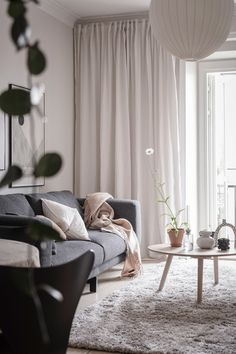 Cromatică relaxantă și decor scandinav într-un apartament de 50 m² | Jurnal de Design Interior Sofa Colors, Colours, Living Room Designs, Living Room Decor, Living Rooms, Cosy, Wall Decor, Curtains, Fashion Design