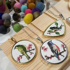 Instagram üzerindeki blackcathandmade mağazasının tüm ürünlerini Shopsta'dan satın alabilirsiniz. Learn Embroidery, Embroidery Jewelry, Embroidery Hoop Art, Cross Stitch Embroidery, Cross Stitch Patterns, Small Cross Stitch, Cross Stitch Bird, Birthday Gifts For Husband, Bird Jewelry
