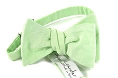 With this traditional plain green mint chambray bow tie you will look elegant and fresh without being the focus. If you think your day will be pure Apocalypse Now, leave the bow tie at home. Enjoy it in better days.