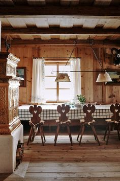 alpine house tour classic austrian chairs and checkered tablecloth Chalet Design, Chalet Style, House Design, Alpine Chalet, Swiss Chalet, Chalet Interior, Interior Design, Furniture Collection, Outdoors