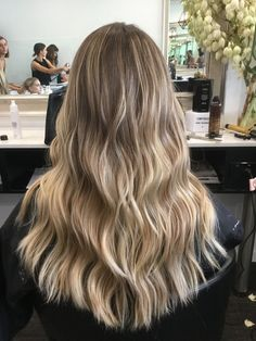 Blondtöne und beachy Wellen - Blond tones and beachy waves Brown Hair Balayage, Blonde Hair With Highlights, Brown Blonde Hair, Ombre Hair, Balyage Long Hair, Baylage, Sandy Blonde, Golden Blonde, Blonde Hair Looks