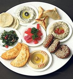 Lunch or Dinner Lebanese Recipes, Turkish Recipes, Arabic Breakfast, Lebanese Breakfast, Tapas, Lebanon Food, Arabian Food, Food Platters, Tasty Bites