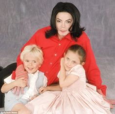 Family unit: Michael Jackson poses with his two children by Debbie Rowe when they were younger. Paris Jackson, Jackson Family, Jackson 5, Mj Kids, The Jacksons, We Are The World, Second Child, Best Dad, Family Portraits