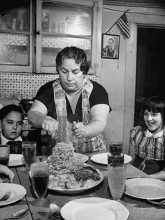 Mother Serving Spaghetti to Her Children Photographic Print - Food Experience - Vintage Clock Old Pictures, Old Photos, Summer Family Pictures, Italian People, Shoulder Tattoos For Women, Photo Vintage, Family Picture Outfits, Vintage Italy, Kids Poster