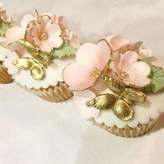 18 Ideas Cupcakes Fondant Flowers For 2019 Fairy Cupcakes, Gold Cupcakes, Butterfly Cupcakes, Pretty Cupcakes, Beautiful Cupcakes, Fondant Cupcakes, Wedding Cupcakes, Mini Cupcakes, Gold Fondant