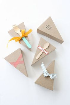 Pretty packaging: Wedge-shaped Pie Box Kits with Forks / petitmoulin Bakery Packaging, Cookie Packaging, Brand Packaging, Packaging Design, Cake Boxes Packaging, Packaging Ideas, Menue Design, Box Design, Bridal Shower Cake Sayings