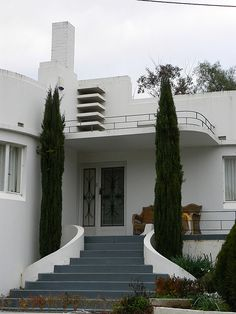 Exterior: This Art Deco house has a grey stair case, with curvy railing walls. There are prominent vertical, and horizontal lines in the design, and the front doors have curvy, art deco doors. Casa Art Deco, Art Deco Decor, Art Deco Stil, Art Deco Home, Art Deco Design, Art Nouveau, Art And Architecture, Architecture Details, Streamline Moderne