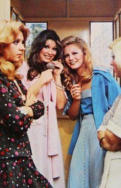 Aydan Adan, Gülşen Bubikoğlu, Nilgün Atılgan & Serpil Nur ~ Ah Nerede, 1975 Turkish Pop, Freaks And Geeks, Village Girl, Turkish Fashion, Old Cartoons, Turkish Actors, Actors & Actresses, Pop Culture, Cool Photos