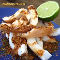 Carnaza de coco, con chile cobanero en polvo, pepitoria, limón y chile.