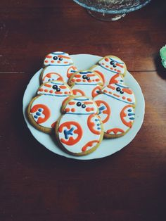 For a Star Wars Party. May The Fourth be with you! - Star Wars Cookie - Ideas of Star Wars Cookie - Cookies! For a Star Wars Party. May The Fourth be with you! Star Wars Party, Star Wars Birthday, Star Wars Cookies, Star Wars Cake, Geeks, Star Wars Bb8, Star Wars Food, Biscuits, Cupcakes
