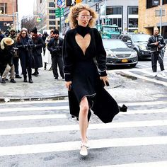Vogue Runway's intrepid street style photographer isn't going to let Winter Storm Niko slow him down. Don't miss Phil Oh's daily updates from the New York Fall 2017 collections. Star Fashion, Runway Fashion, Fashion Models, Fashion Tips, Fashion Design, Fashion Weeks, Street Fashion, Women's Fashion, Street Look