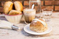 Recept voor roombroodjes voor 4 personen. Met bruine bol, espresso, chocoladepasta, melk, vanillevla en slagroom