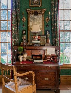Elegant English country living room ideas for your home. English cottage interior design suggestions and inspiration. English Cottage Interiors, English Country Decor, French Country, Deco Retro, Interior Design Business, Interiores Design, Decoration, Family Room, Interior Decorating