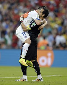 Gary Medel - Claudio Bravo hugging it out after a win Claudio Bravo, Soccer Guys, Soccer World, You Are The World, Goalkeeper, Fifa, World Cup, Chile, Hug