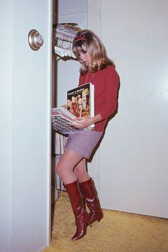 60s And 70s Fashion, 70s Inspired Fashion, Look Fashion, Retro Fashion, Vintage Fashion, Nancy Sinatra, Evolution Of Fashion, Iconic Women, Vintage Looks