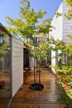 寝室(左)前から中庭奥を見る。
