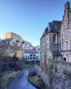 One of the most enchanted places I visited in #Edinburgh is Dean Village, a picturesque and peaceful neighbourhood by the Water of Leith. Only few minutes walk from the busy city center, hidden away at the foot of a steep cobbled hill, the village takes you back in time ✨