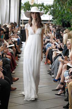 Robe de mariée , Sélection Couture 2016  Mauricio Robe taille empire mousseline de soie et dentelle vintage. Décolleté profond et dos en dentelle vintage