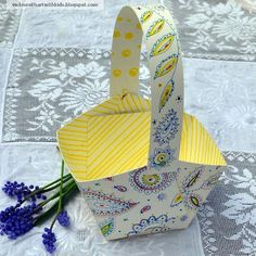 Oodles of Doodles Easter Basket {Paper Craft}     Children will love to make this fun little DIY paper craft Easter basket all on their own. Not only is this basket perfect for Easter, but this paper craft would also make an adorable basket for an indoor picnic on a rainy day