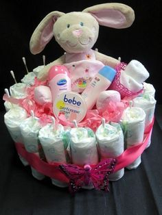 The diaper cake is a pretty party favor. In the middle of . - Baby Diy - The diaper cake is a pretty party favor. In the middle of… - Baby Party, Baby Shower Parties, Baby Shower Themes, Baby Shower Diapers, Baby Boy Shower, Baby Presents, Baby Gifts, Bricolage Baby Shower, Baby Shower Crafts