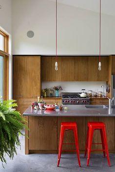 A cozinha aberta tem armários de nogueira feitos por um amigo e balcões de aço inoxidável, na casa de Jade-Snow Carroll e Ian Rasch.  Fotografia: Trevor Tondro / The New York Times.