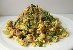 Uova strapazzate con cipolla rossa di Tropea e lattuga | Ricetta