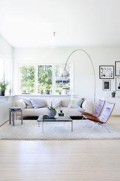 PK 22 easy chair and PK 61 sofa table by Poul Kjærholm from Fritz Hansen and 60 stool by Alvar Aalto from Artek | Her er det designskatter i sprek harmoni | Bo-bedre.no