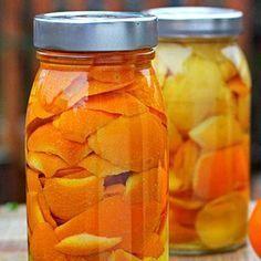 Cómo hacer aceite esencial de naranja. El aceite esencial de naranja se obtiene de la piel de esta deliciosa fruta cítrica y es uno de los más usados en aromaterapia,debido a las magníficas propiedades que ofrece para nuestro organismo y b...